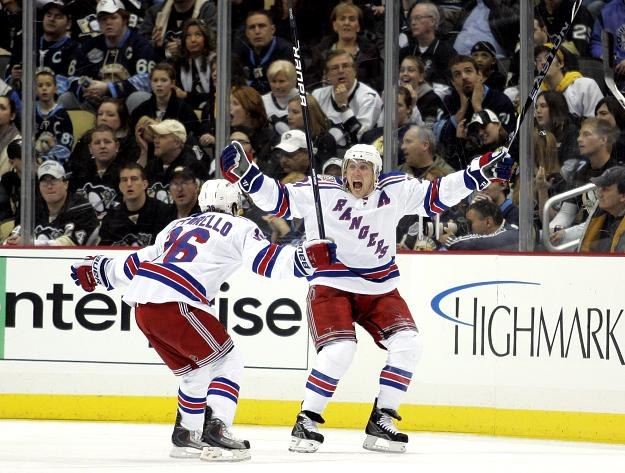 Ryan Callahan cieszy się po golu dla New York Rangers /AFP