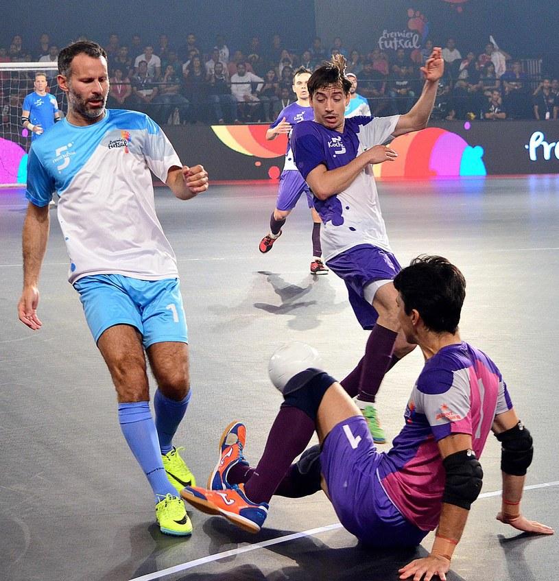 Ryan Giggs (z lewej) grywający w lidze futsalu. /AFP