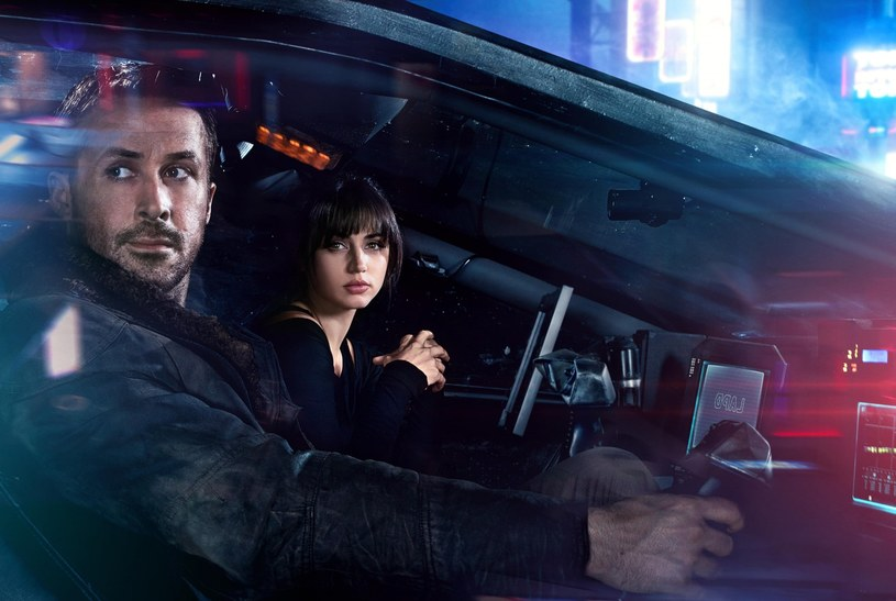 """Ryan Gosling i Ana de Armas w scenie z filmu """"Blade Runner 2049"""" /materiały prasowe"""