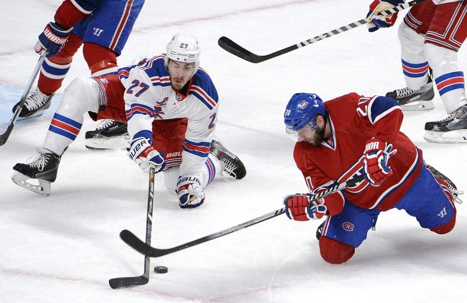 Ryan McDonagh z New York Rangers i Thomas Vanek z Montreal Canadiens w drugim meczu rywalizacji, 19 maja 2014 /HELMUT FOHRINGER /PAP/EPA