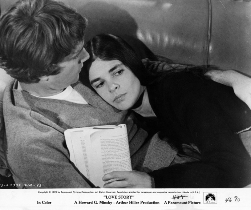 """Ryan O'Neal i Ali MacGraw w filmie """"Love Story"""" (1970) /Paramount Pictures /Getty Images"""