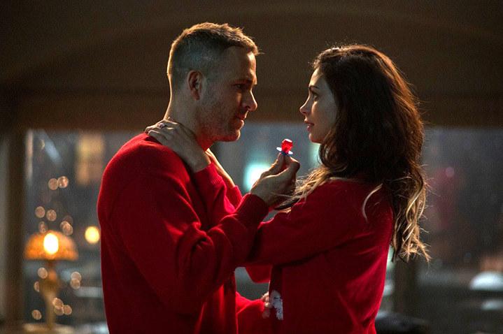 Ryan Reynolds i Morena Baccarin jeszcze w ubraniach /materiały dystrybutora