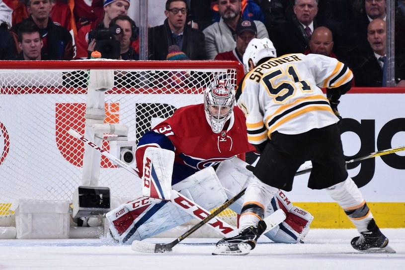 Ryan Spooner (tyłem) przesądził o zwycięstwie Boston Bruins /AFP