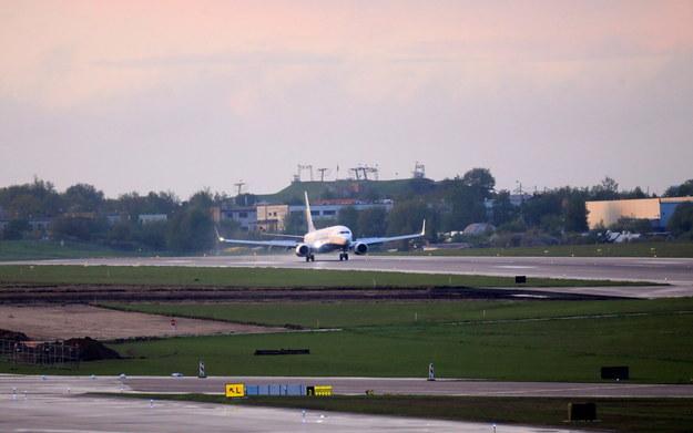 Ryanair Boeing 737-800 ląduje na międzynarodowym lotnisku w Wilnie na Litwie /STRINGER /PAP/EPA