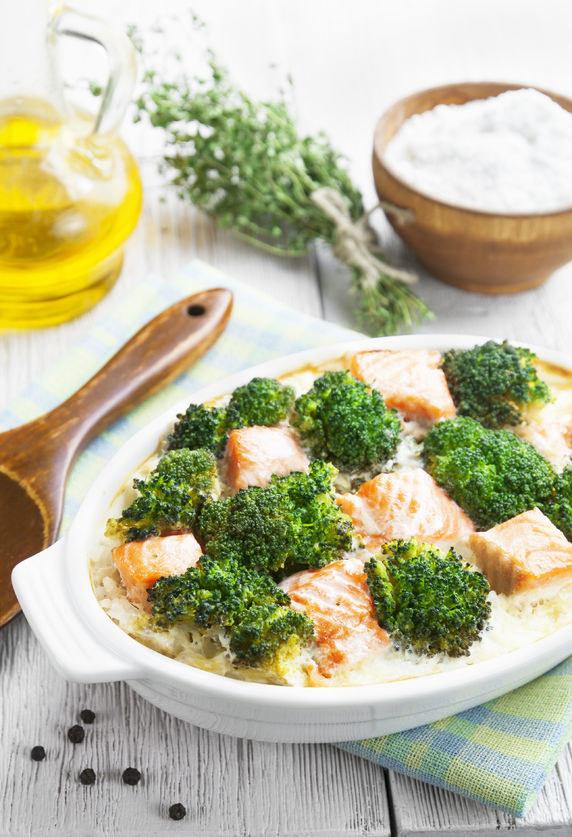Ryba doskonale komponuje się z brokułami /123RF/PICSEL