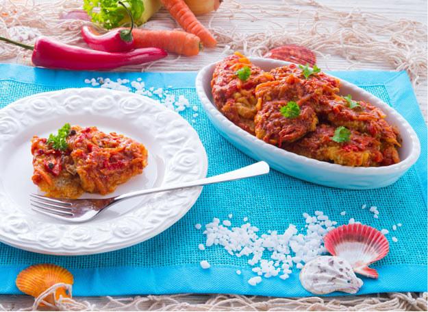 Ryba po grecku ma niepowtarzalny smak. /123RF/PICSEL