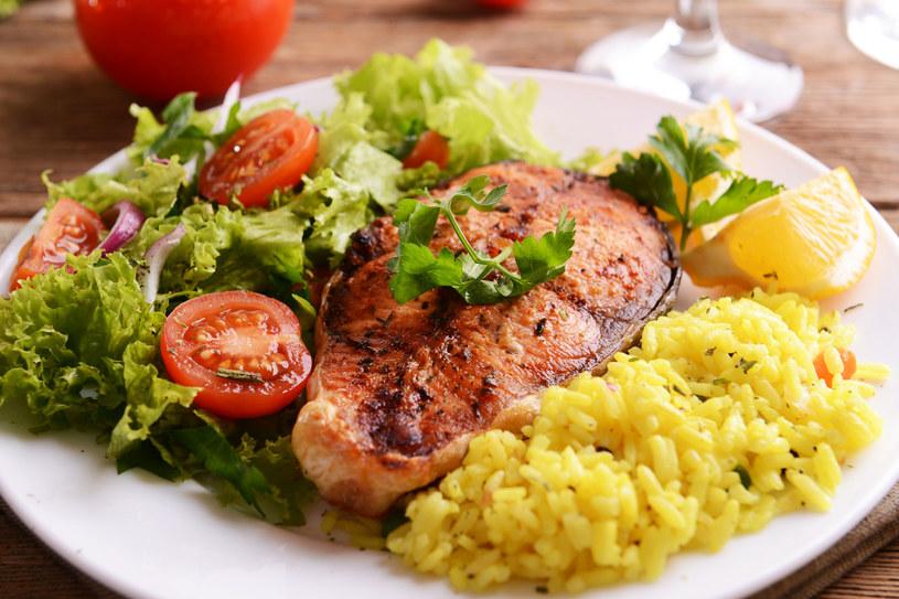 Ryba w marynacie to doskonały pomysł na obiad /123RF/PICSEL