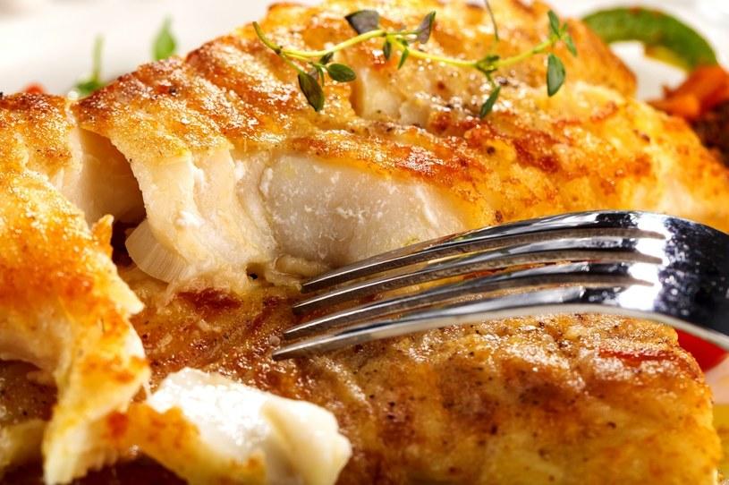 Rybę można elegancko wyfiletować na talerzu /123RF/PICSEL