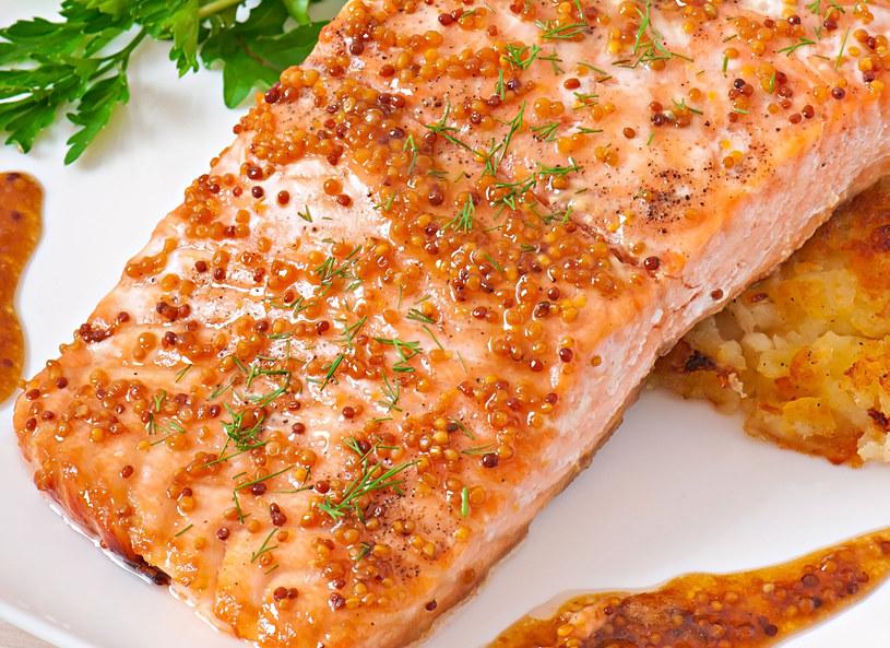Rybę podaj z sałatką /123RF/PICSEL