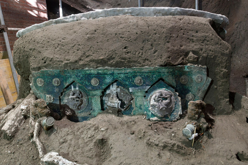 https://i.iplsc.com/rydwan-odkryty-w-pompejach/000B9Q5R8W06W4RL-C122-F4.jpg