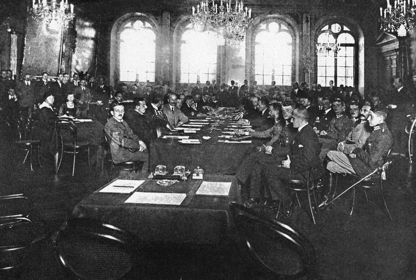 Ryga, 18.03.1921. Podpisanie traktatu pomiędzy Polską, Rosją i Ukrainą (tzw. pokój ryski). Reprodukcja /FoKa /Agencja FORUM