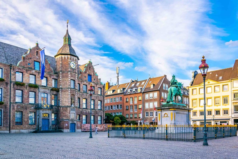 Rynek Düsseldorfu z pomnikiem konnym Jana Wellema /123RF/PICSEL