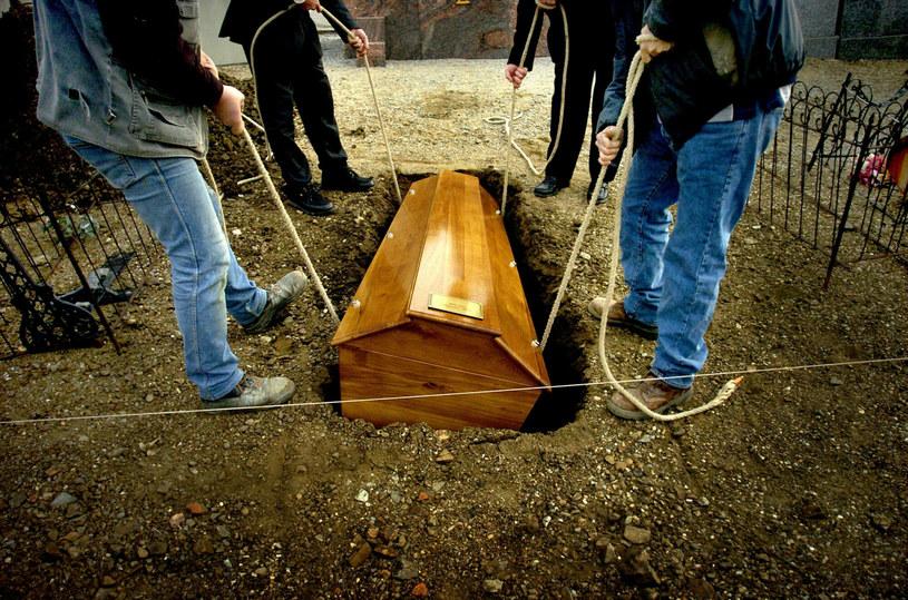 Rynek pogrzebowy w Polsce to dość specyficzna i hermetyczna branża. Rzadko można spotkać osoby z otwartym podejściem do żałobników /JEFF PACHOUD / AFP /East News