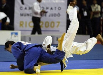 Ryoko Tani (w niebieskim) rzuca o matę Kubanką Yanet Bermoy. Rio de Janeiro, wrzesień 2007 /AFP