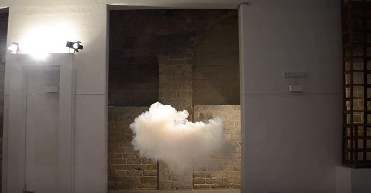 Rysunek 1 Holenderski artysta Berndaut Smilde potrafi  wytworzyć prawdziwe chmury wewnątrz pomieszczenia/ Internet/YouTube/registandre /materiały promocyjne