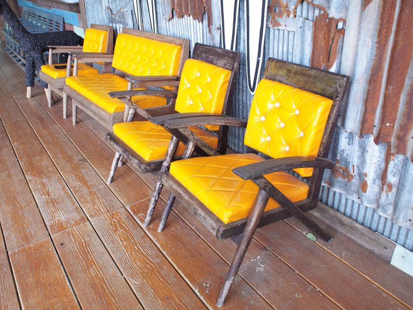 Rysy na drewnianej podłodze? Możesz je zamaskować /123RF/PICSEL
