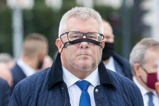 Ryszard Czarnecki.  PS - czarny pasek pod oczami to nie błąd grafika, a część przyłbicy. /Andrzej Iwańczuk /Agencja SE/East News