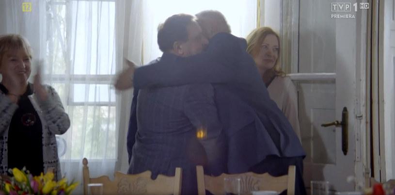 Ryszard i Lesław przed kamerami podali sobie ręce, a nawet serdecznie się uściskali. Przyjaciółmi chyba jednak nie będą /TVP /