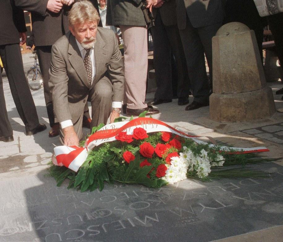 Ryszard Kuklinski złożył kwiaty na płycie upamiętniajacej przysięgę Tadeusza Kościuszki na krakowskim Rynku /Jacek Bednarczyk /PAP