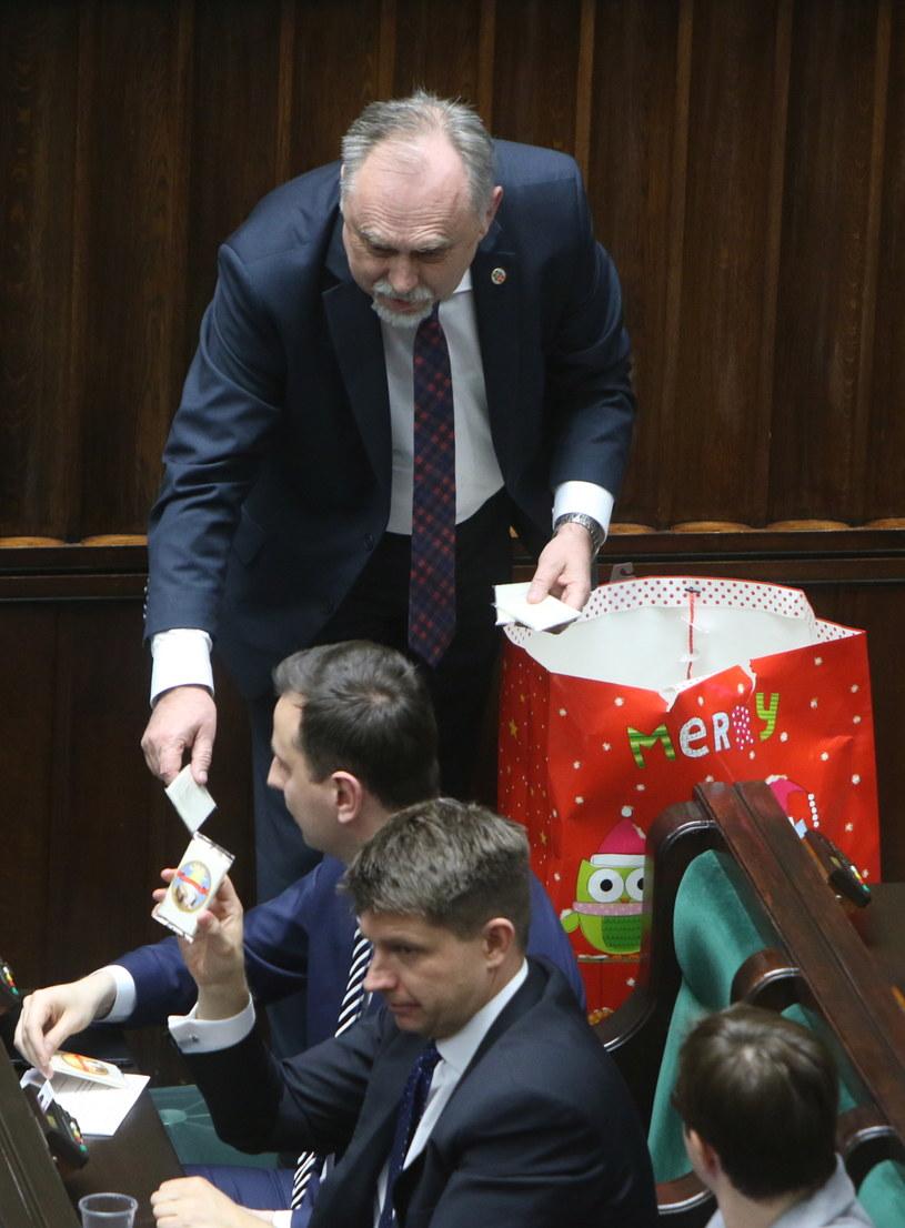 Ryszard Petru był ewidentnie zadowolony z otrzymanego podarunku /Leszek Szymański /PAP