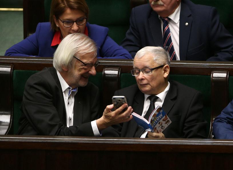 Ryszard Terlecki tylko na chwilę oderwał prezesa PiS od lektury /Krystian Maj /Agencja FORUM