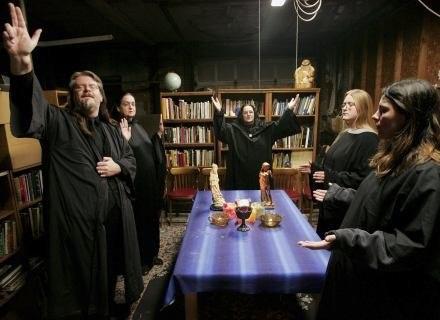 Rytuał przeprowadzany przez współczesnych pogan (czarownice) w Witchcraft School w Illinois. /INTERIA.PL