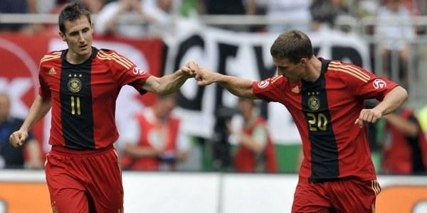 Rywale Orłów - Podolski i Klose /AFP