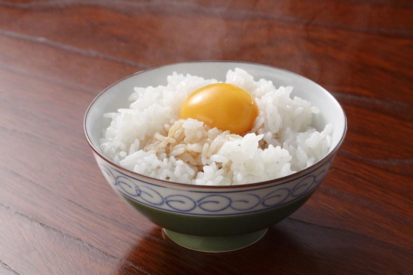 Ryż i jajka sprawdzą się nie tylko w kuchni. Naturalne sposoby są często najlepsze również dla urody /123RF/PICSEL