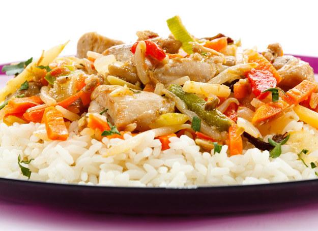 Ryż jest zdowy, z warzywami i indykiem smakuje wyjątkowo. /123RF/PICSEL