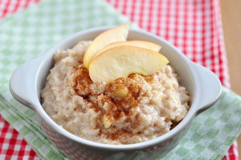 Ryż z jabłkami i cynamonem /123RF/PICSEL