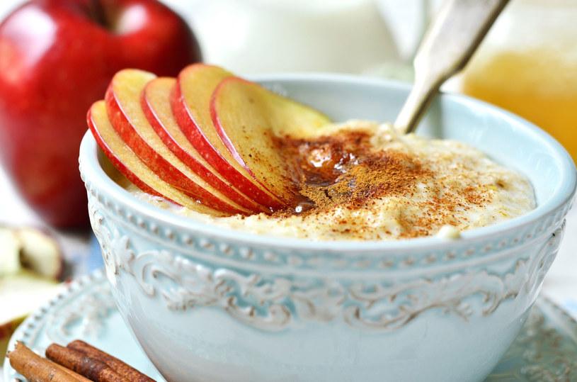 Ryż z jabłkiem, ulubione danie z naszego dzieciństwa, jest w tym przypadku bardzo zalecane /123RF/PICSEL