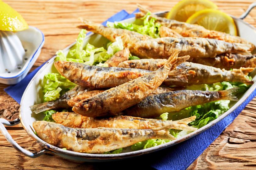 Ryzyko raka jelita grubego możemy zmniejszyć o ponad połowę, regularnie jedząc tłuste ryby, takie jak łosoś, makrela lub sardele /123RF/PICSEL