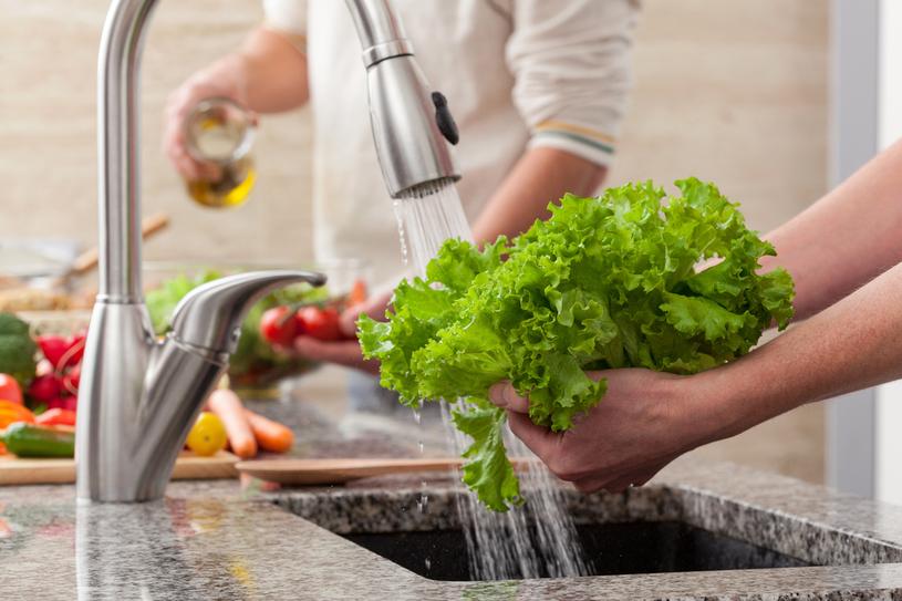 Ryzyko zakażenia zmniejsza przestrzeganie zasad higieny /123RF/PICSEL