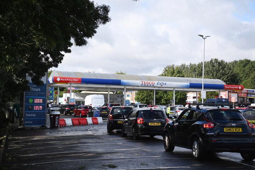 Rząd brytyjski i koncerny naftowe zapewniają, że nie ma powodu do paniki, a zapasy benzyny i oleju napędowego są wystarczające /PAP/EPA