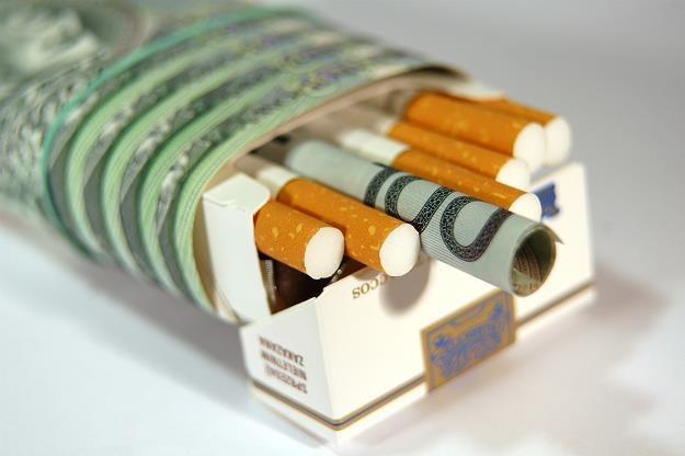 Rząd chce podnieść akcyzę na papierosy i alkohol. Fot. Bartłomiej Kudowicz /FORUM