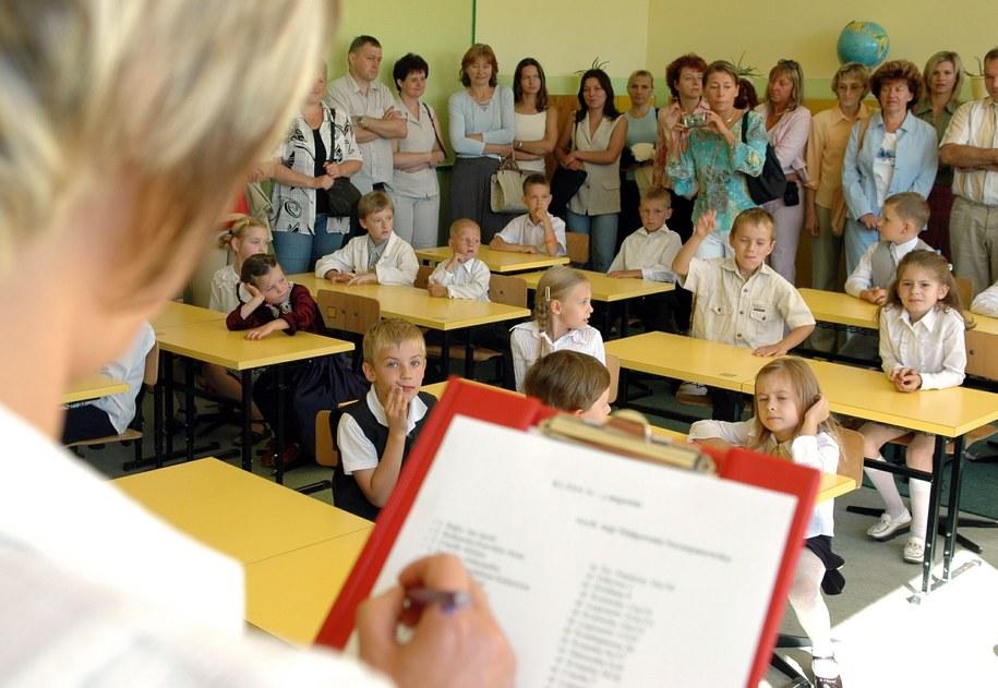 Rząd chce też wprowadzić darmowy podręcznik dla dzieci, które 1 września tego roku pójdą do pierwszej klasy szkoły podstawowej /Wojciech Szabelski    /PAP