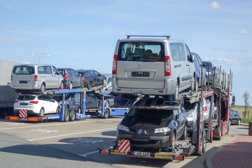 Rząd chce uderzyć w import aut używanych /Piotr Kamionka /Reporter