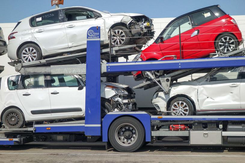 Rząd chce ukrócić import samochodów używanych. A Polaków na nowe auta nie stać! /Piotr Kamionka /Reporter