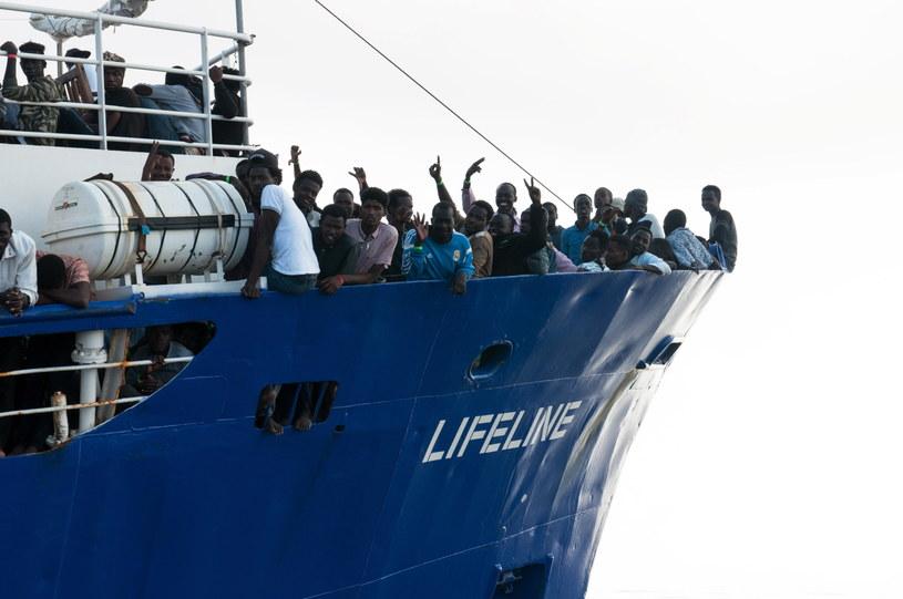 Rząd Hiszpanii nawiązał kontakt z Maltą w celu udzielenia pomocy migrantom ze statku organizacji pozarządowej Lifeline, który być może popłynie na wyspę po tym, jak nie wpuściły go Włochy /HERMINE POSCHMANN / MISSION LIFELINE /PAP/EPA