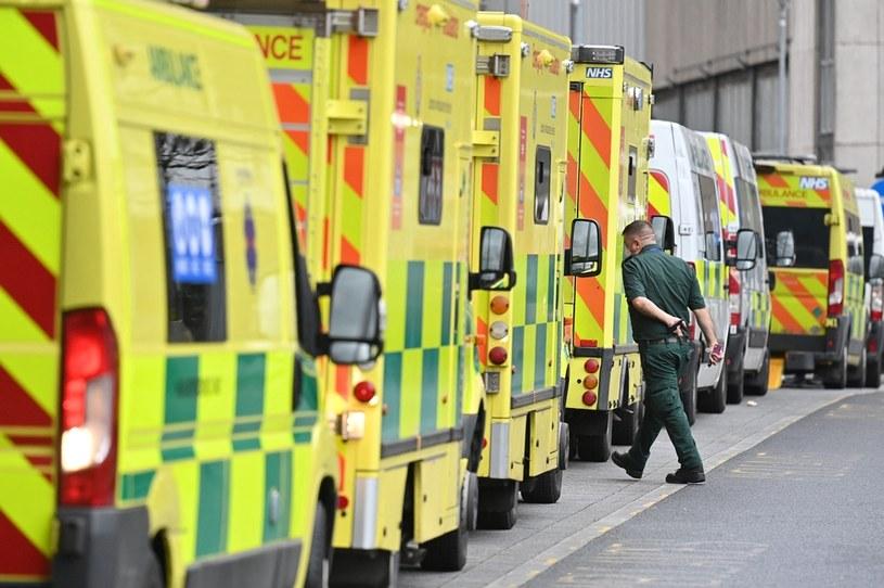 Rząd karetek przed szpitalem w Londynie, zdjęcie ilustracyjne /JUSTIN TALLIS / AFP /AFP