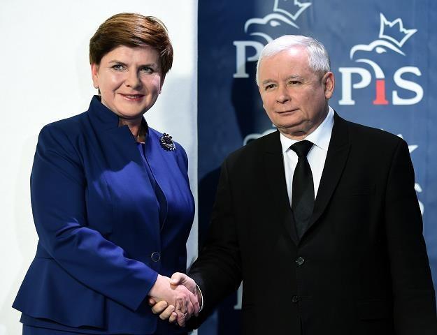 Rząd nie powinien się zadłużać za granicą ani w kraju. Nz. premier Beata Szydło i Jarosław Kaczyński /AFP