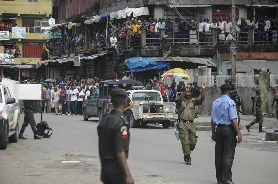 Rząd Nigerii przestrzegał rodaków, że zbierając się nocami przed telewizorami w lokalach, serwujących w dodatku alkohol, narażają się na ataki talibów (zdjęcie ilustracyjne) /STR /PAP/EPA