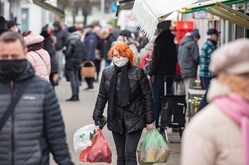 Rząd ograniczył liczbę osób, które mogą przebywać maksymalnie na targowiskach i bazarach. Mimo to zakupy należy robić tak rzadko, jak to tylko możliwe /Piotr Hukalo/East News /East News