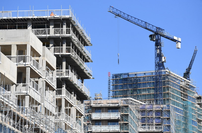 Rząd opublikował wytyczne jak zapobiegać zakażeniu w miejscach pracy w Wielkiej Brytanii /EPA
