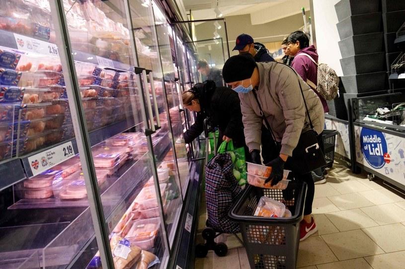 Rząd wprowadza na co najmniej 2 tygodnie kolejne ograniczenia w handlu /AFP