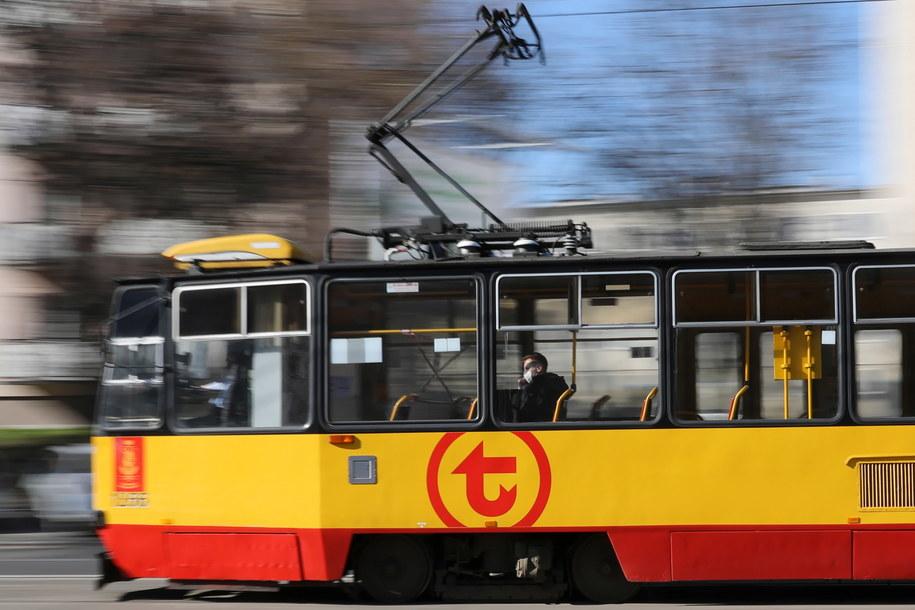 Rząd wprowadził nowe regulacje dot. komunikacji miejskiej. Zgodnie z nimi autobusem, tramwajem czy metrem może jechać tylu pasażerów, ile wynosi połowa miejsc siedzących. / Leszek Szymański    /PAP