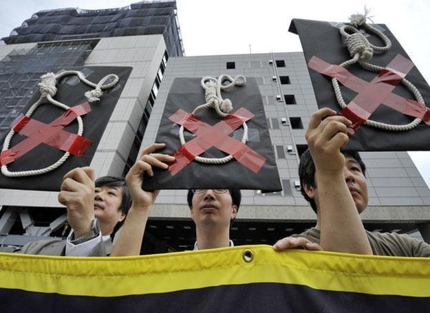 Rząd zdaje się nie przejmować problemem liczby samobójstw... /AFP