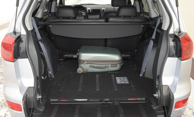 Rzadka funkcjonalność: opuszczana tylna burta o ładowności do 200 kg. Szkoda' że bagażnik tak ograniczają nadkola. /Motor