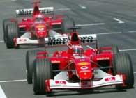 Rzadki widok - Rubens Barrichello mija linię mety przed Michaelem Schumacherem