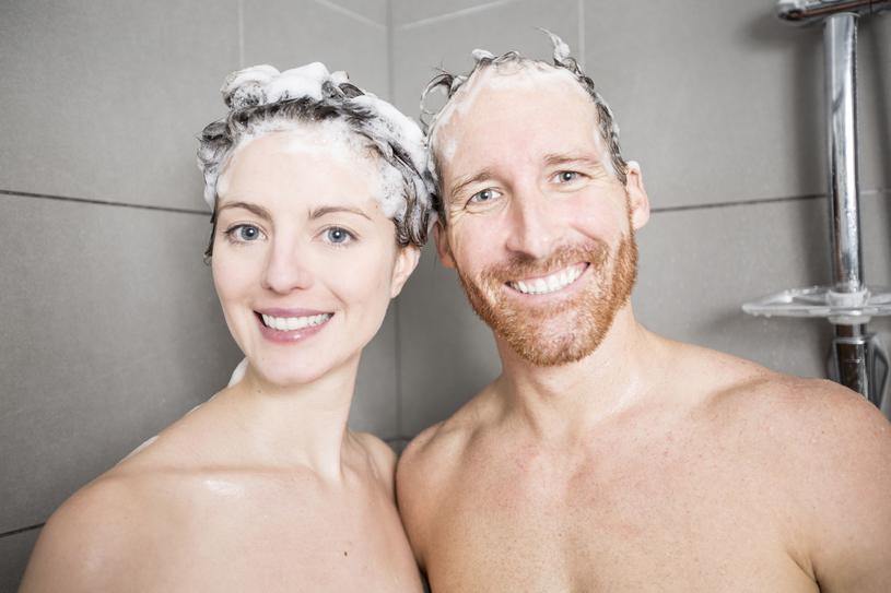 Rzadsze mycie głowy spowoduje poprawę kondycji włosów? To mit! /123RF/PICSEL